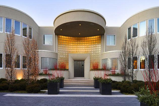 Outside-Michael-Jordans-29-million-estate.-Photo-via-Baird-and-Warner-John-S.-Eckert-Photography